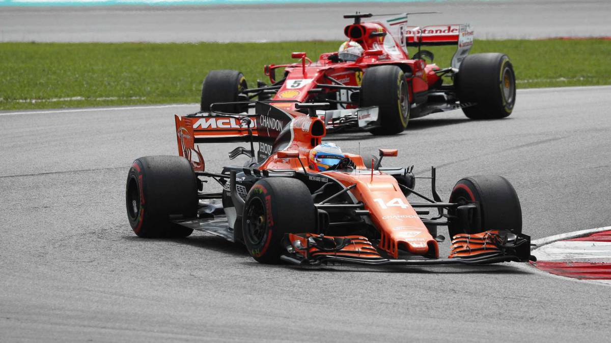 Fernando Alonso con el McLaren por delante de Sebastian Vettel y su Ferrari en Sepang.