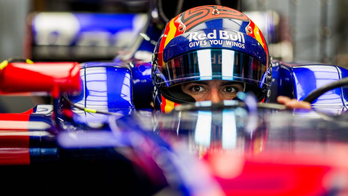 Carlos Sainz subido en su Toro Rosso en Japón.