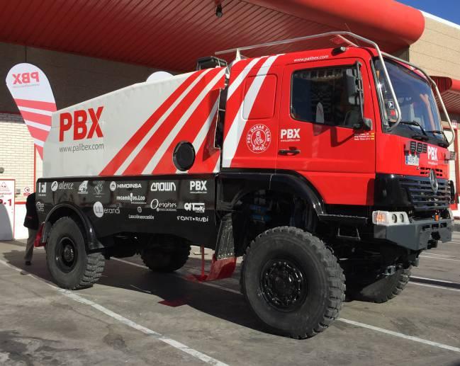 El camión de Tibau, Sabaté y Tibau Jr con el Palibex Dakar Team.