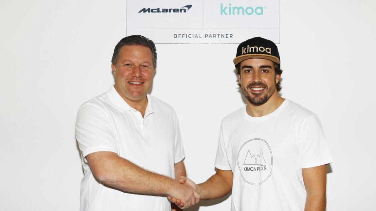 Zak Brown y Fernando Alonso anunciando la asociación de Kimoa con McLaren.