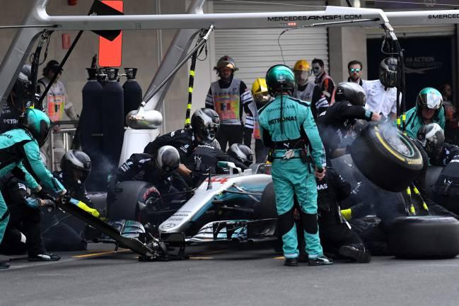 Hamilton para en boxes.