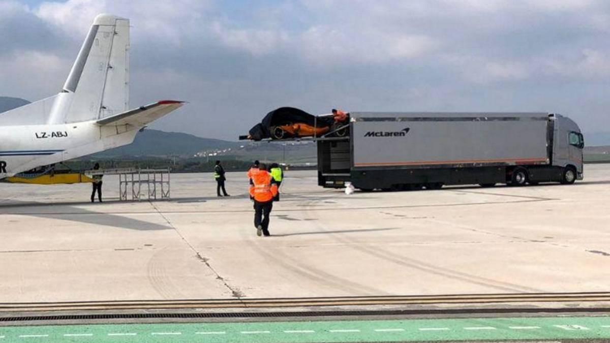 El McLaren MCL33 fotografiado en el aeropuerto de Navarra.