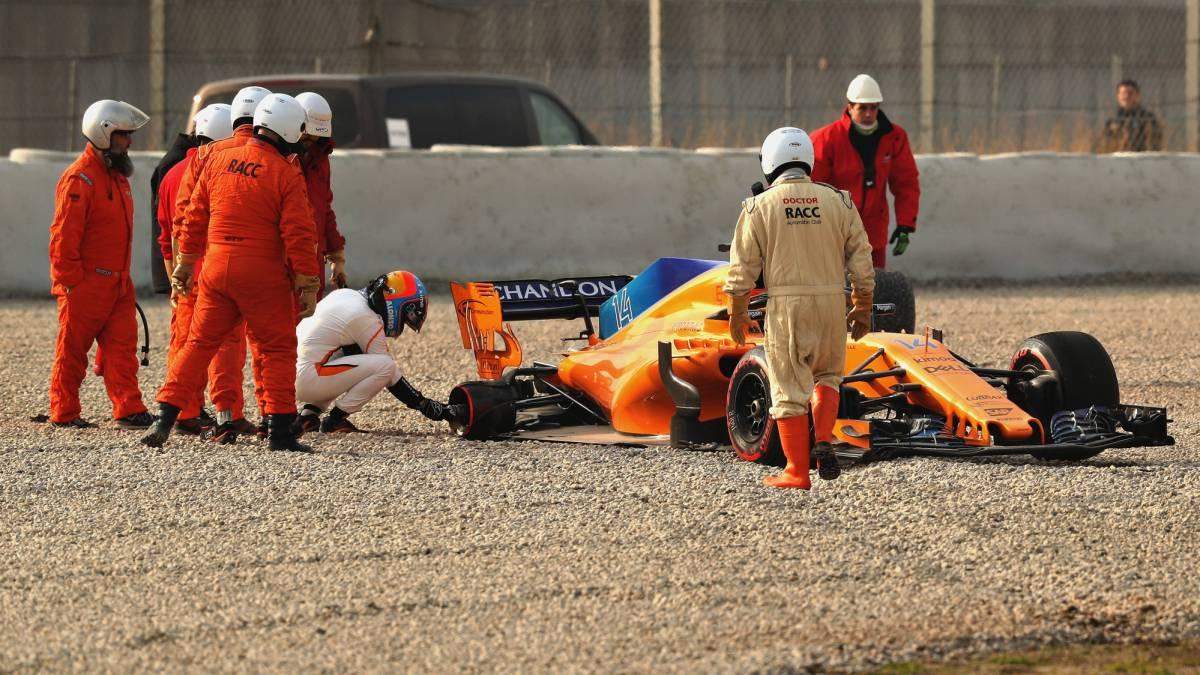 Fernando Alonso inspeccionando la llanta del McLaren que perdió la rueda.