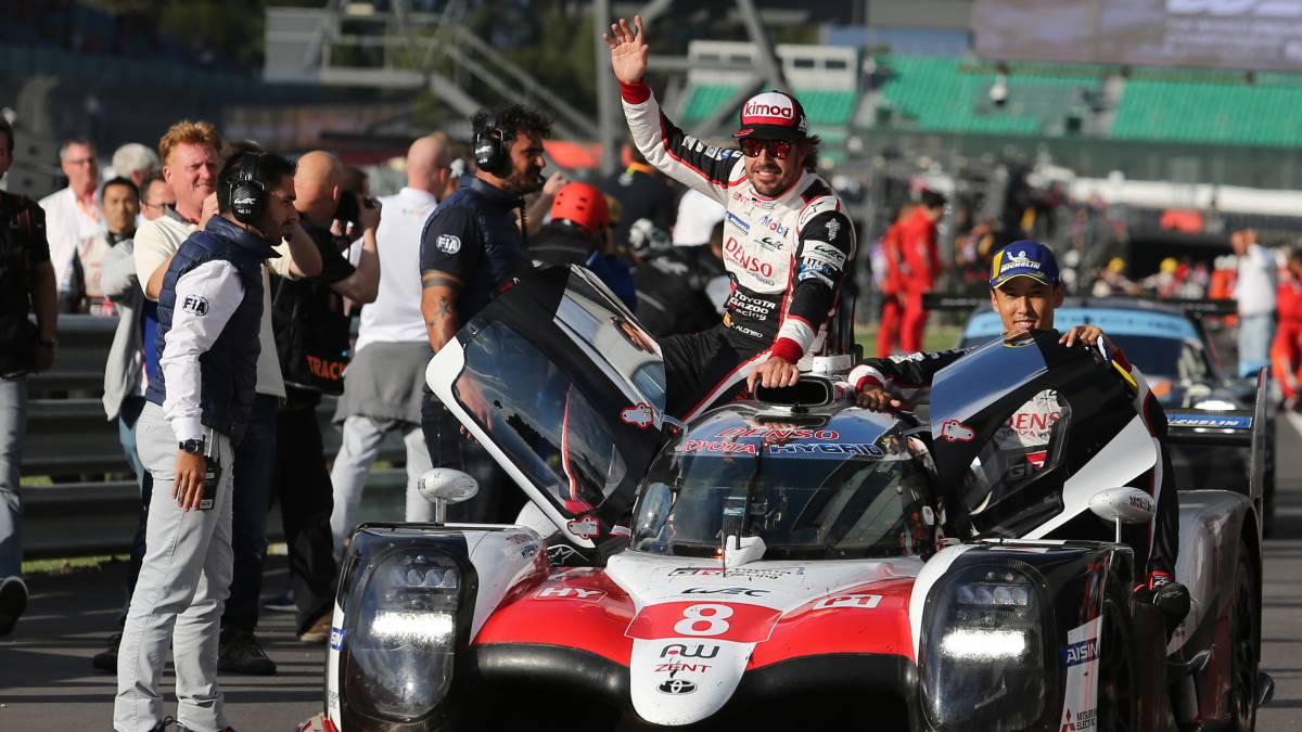 Alonso, Buemi (en el coche) y Nakajima, con el Toyota ganador de las 6 Horas de Silverstone 2018 (WEC).