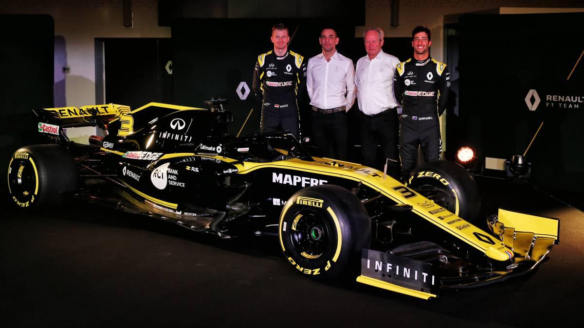 Hulkenberg, Abiteboulm Stoll y Ricciardo, con el Renault RS19 de F1.