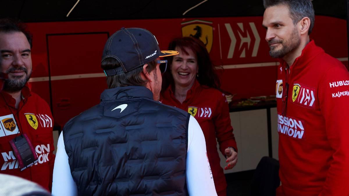 Fernando Alonso saluda a Silvia Hoffer en el box de Ferrari.
