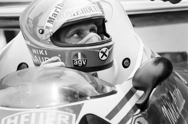Niki Lauda, en una foto tomada en 1976, en el GP de Mónaco durante un descanso en la sesión de clasificación.