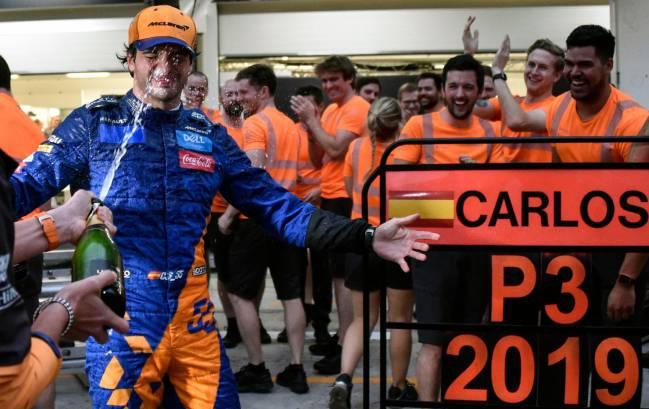 Carlos Sainz, celebrando el podio con champán en Interlagos.