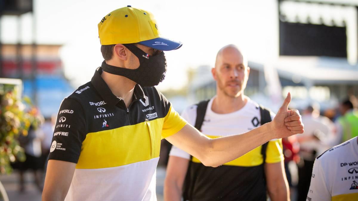 Esteban Ocon llegó al paddock con una mascarilla.