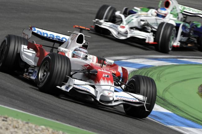 Después de la temporada 2008, Toyota (Trulli, en la imagen) y Honda (Jenson Button, detrás) abandonaron la F1 en plena crisis económica.