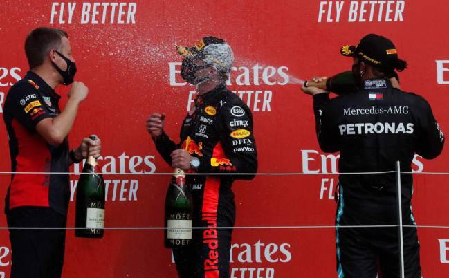 Max Verstappen y Lewis Hamilton, en el podio de Silverstone.
