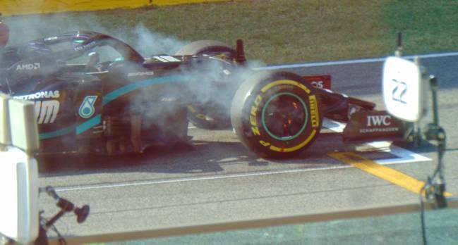 Las llamas en los frenos de Hamilton, antes de la segunda salida.
