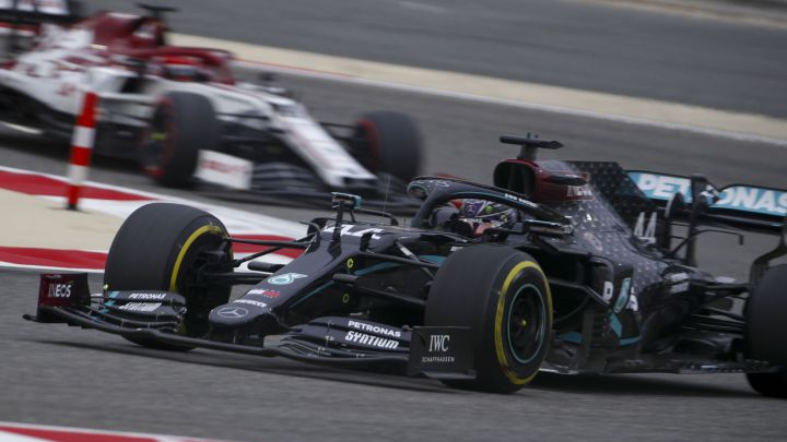 Lewis Hamilton (Mercedes W11) y Robert Kubica (Alfa Romeo C39). Bahréin, F1 2020.
