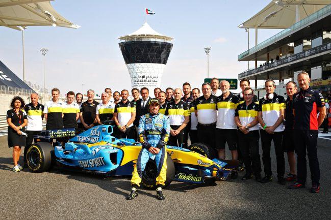 Fernando Alonso, con los integrantes de su equipo en 2005 y 2006.