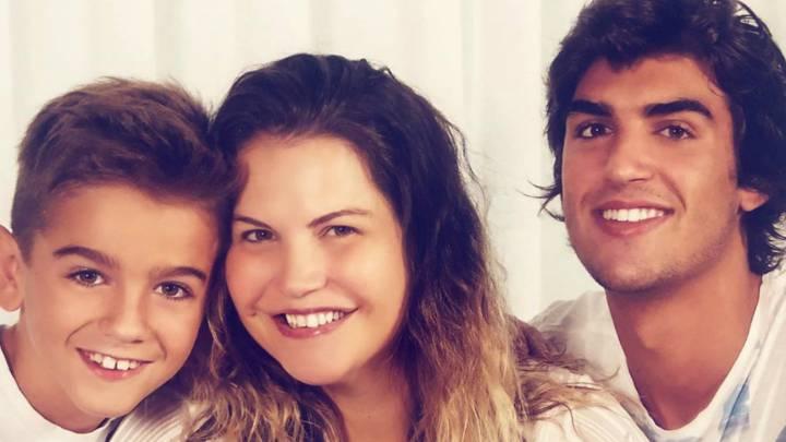 Katia Aveiro junto a sus dos hijos varones.