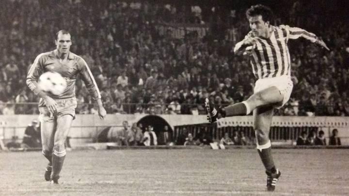 Suárez marca el cuarto gol del Betis ante el Madrid en 1984.