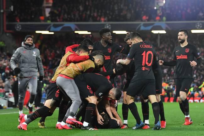 Los jugadores del Atlético celebran uno de los goles de Llorente en Anfield.