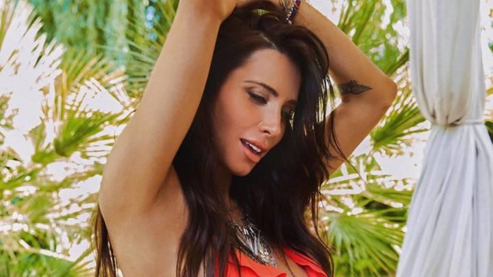 Pilar Rubio posa con uno de los bikinis de su colección.