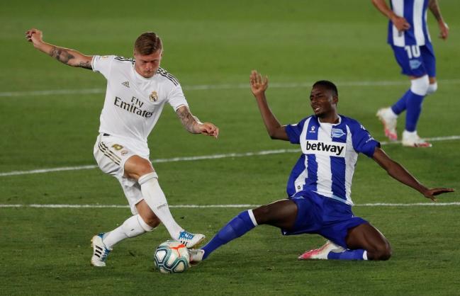 Kroos pelea una pelota ante el alavesista Abdallahi en el Real Madrid-Alavés del pasado viernes.