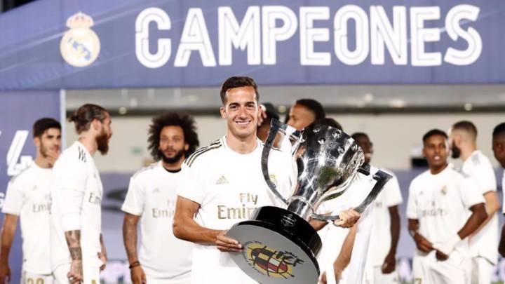 Lucas Vázquez sostiene el trofeo de La Liga.