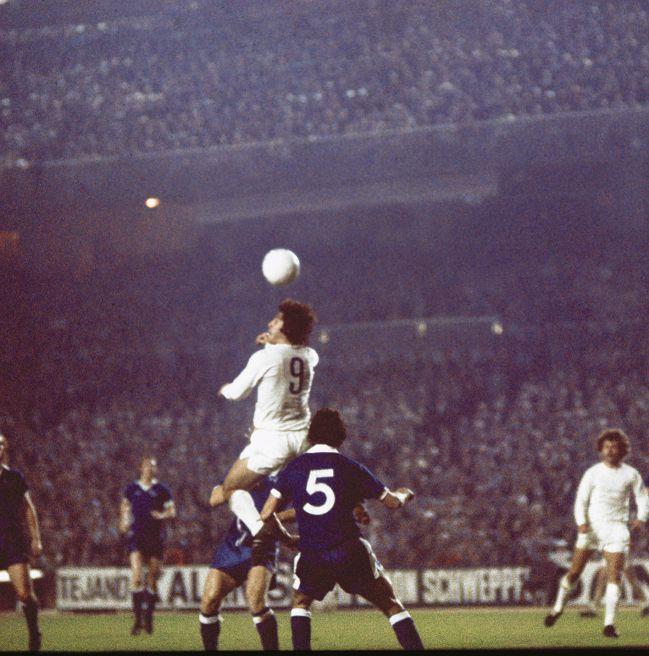 Santillana remata de cabeza con Del bosque al fondo en una jugada del Real Madrid-Derby County de vuelta de octavos de final de la Copa de Europa el 5 de noviembre de 1975.