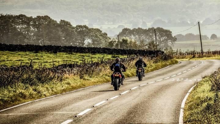 b550fd3422a Con la llegada del buen tiempo, una escapada en moto es una experiencia  única para hacer turismo, ir de excursión y disfrutar de la carretera al  mismo ...