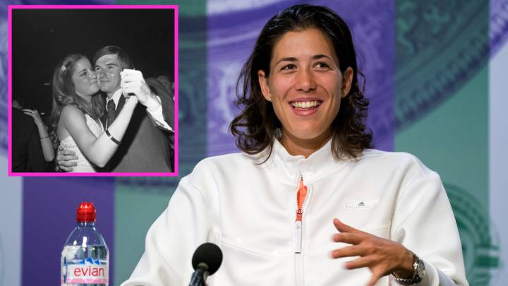 Garbiñe Muguruza, y en pequeño, Chris Evert y Jimmy Connors.