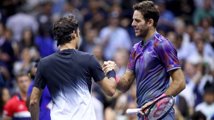 Juan Martin del Potro saluda a Roger Federer después de ganarle en el encuentro de cuartos de final del US Open en el USTA Billie Jean King National Tennis Center de Flushing Meadows de Nueva York.