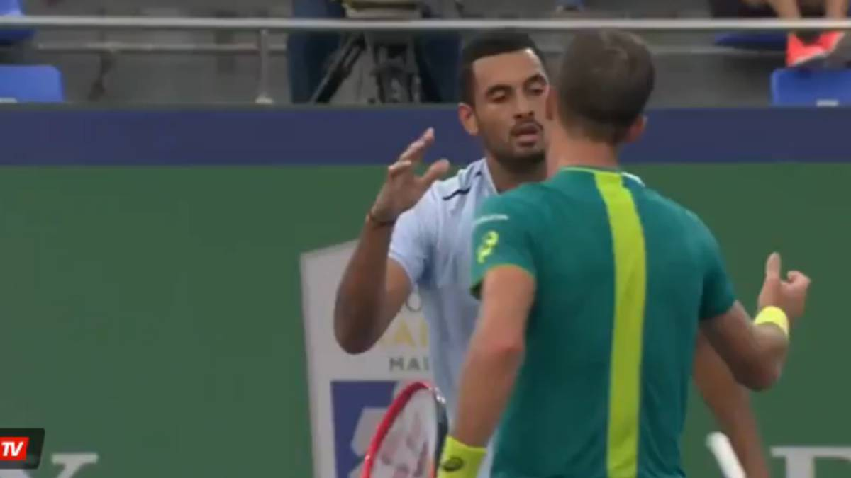 Kyrgios se despide de Johnson.