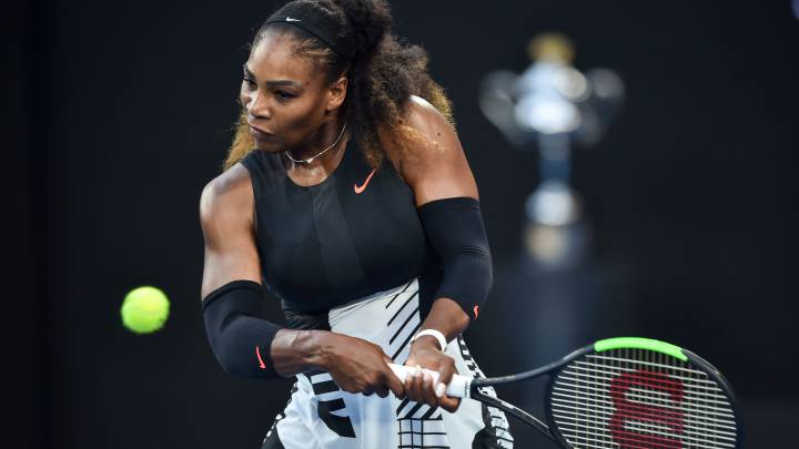 Serena Williams devuelve una bola ante su hermana Venus Williams durante la final del Open de Australia 2017.