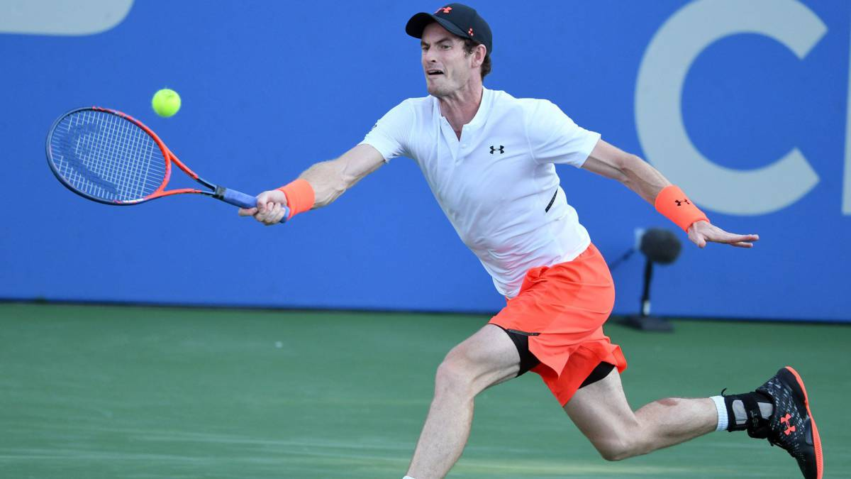 Andy Murray devuelve una bola ante Kyle Edmund en su partido de segunda ronda del Citi Open que se disputa en el Rock Creek Tennis Center de Washington, DC.