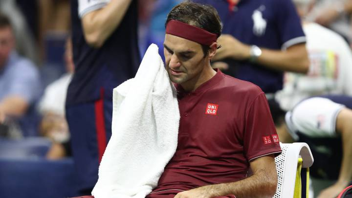 Roger Federer descansa durante su partido ante John Millman en los octavos de final del US Open en el USTA Billie Jean King National Tennis Center de Flushing Meadows, New York City.
