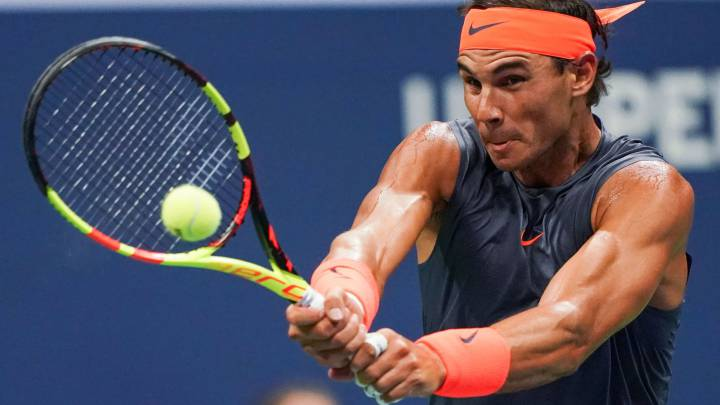 Rafa Nadal devuelve una bola ante Dominic Thiem durante su partido de cuartos de final del US Open en el USTA Billie Jean King National Tennis Center de New York.