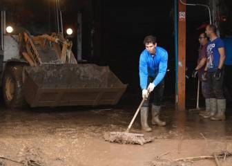 Rafa Nadal lends a hand in Mallorca flood clean up operation