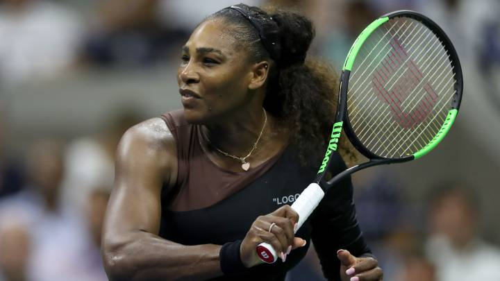 Serena Williams devuelve una bola ante Karolina Pliskova durante el US Open en el USTA Billie Jean King National Tennis Center de Flushing Meadows, New York City.