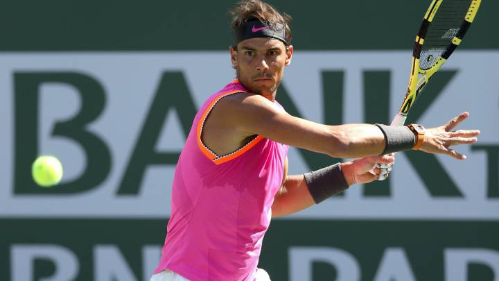 Rafa Nadal devuelve una bola a Karen Khachanov durante los cuartos de final del BNP Paribas Open en el Indian Wells Tennis Garden de Indian Wells, California.