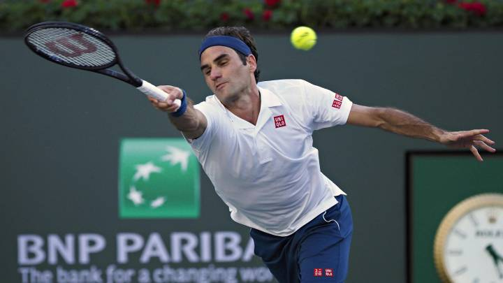 Roger Federer devuelve una bola ante Dominic Thiem en la final del BNP Paribas Open en el Indian Wells Tennis Garden de Indian Wells, California, USA.