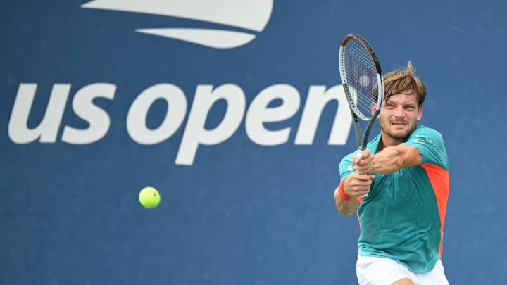 David Goffin devuelve una bola ante Lloyd Harris durante su partido en el US Open en el USTA Billie Jean King National Tennis Center de Nueva York.