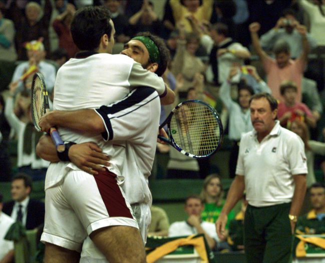 Balcells abraza a Corretja en el partido de dobles contra Australia en la Davis de 2000.