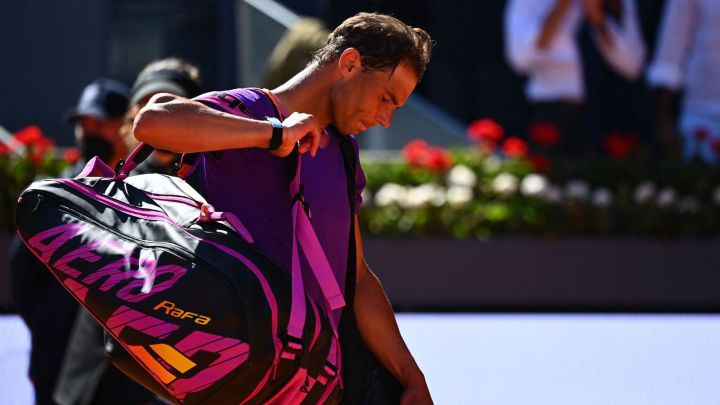 Rafa Nadal leaves the track after falling in the quarterfinals of the Mutua Madrid Open against Alexander Zverev at La Caja Mágica in Madrid.