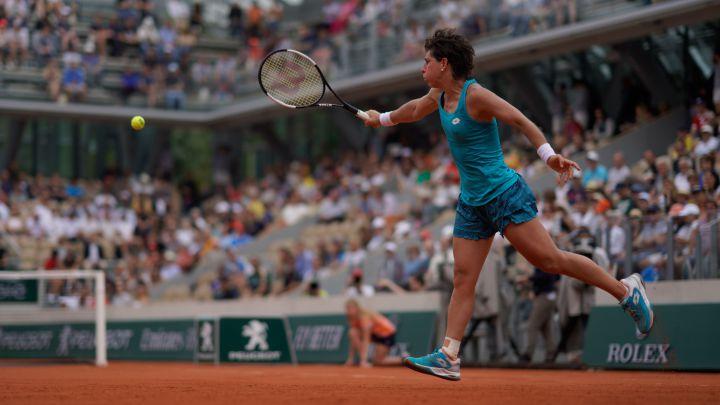 Carla Suárez returns a ball during her match against Marketa Vondrousova at Roland Garros 2019.