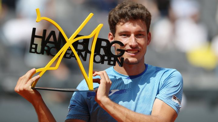Pablo Carreño poses with the title of champion of the Hamburg Tournament after beating Filip Krajinovic in the final.