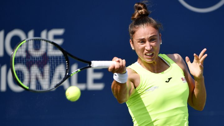 Sara Sorribes returns a ball during her match against Canadian Carol Zhao.