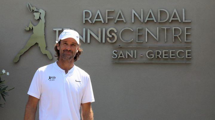 Carlos Moyá visits the Rafa Nadal Tennis Center in Greece