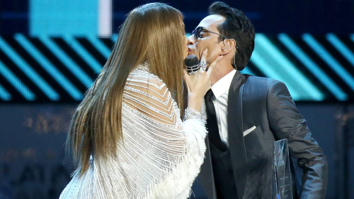 Jennifer Lopez y Marc Anthony se besan en los Grammy Latinos