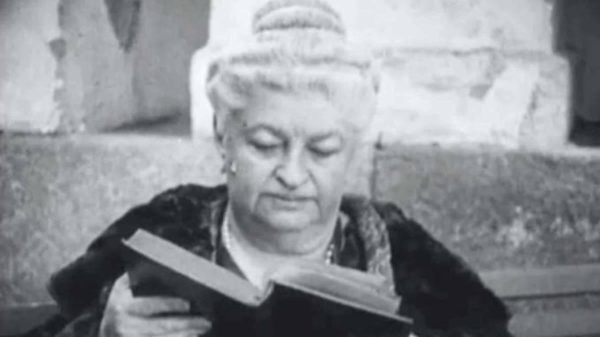 Imagen de Emilia Pardo Bazán leyendo un libro. Foto Twitter