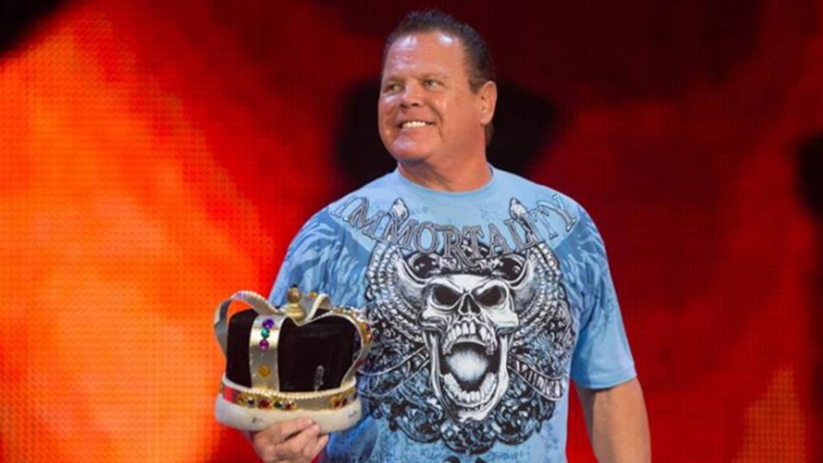 "La leyenda de la WWE Jerry ""The King"" Lawler con una corona / Foto Facebook"