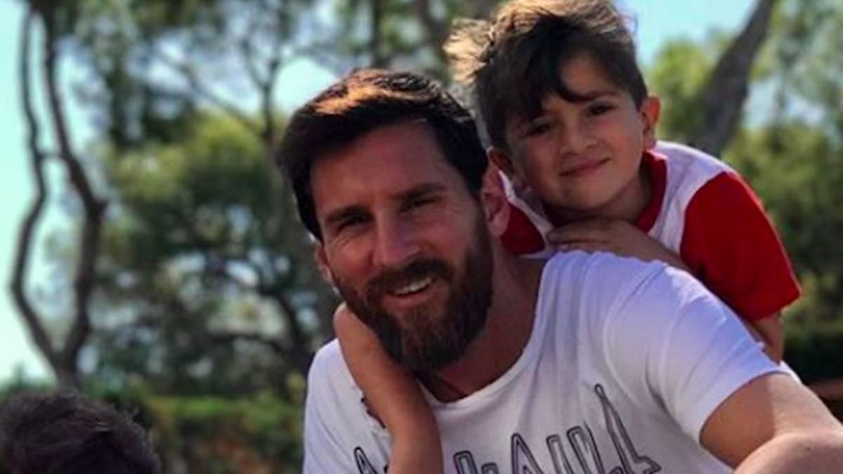 Lionel Messi junto a sus dos hijos.