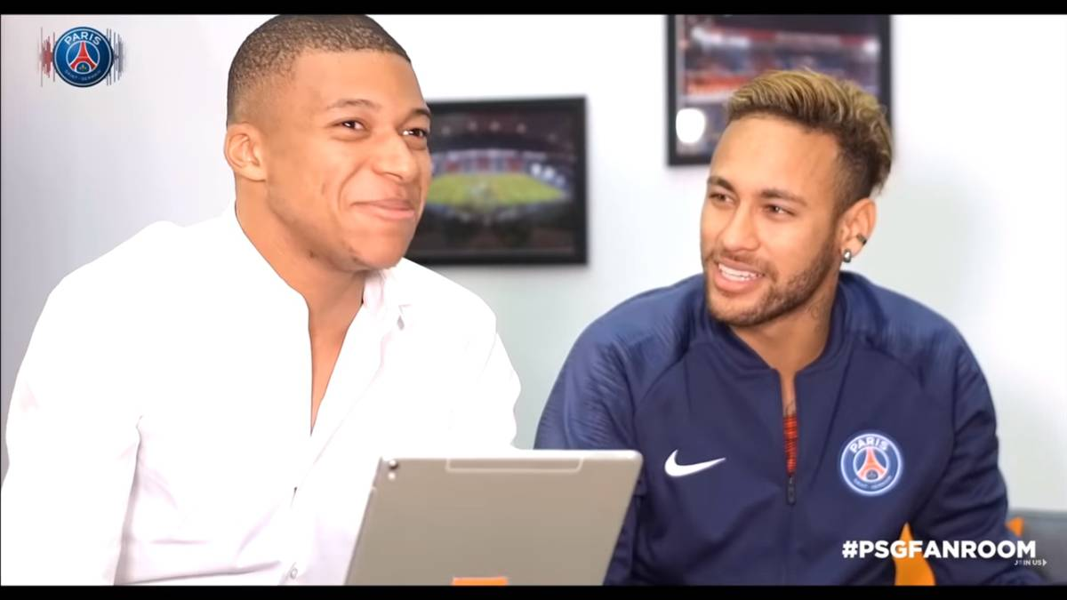 "Kylian Mbappé y Neymar en un ""fan room"" organizado por el PSG. Captura Youtube"