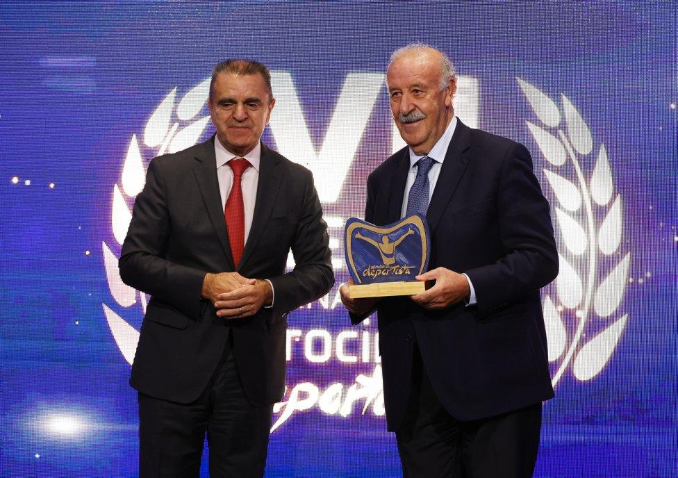 José Manuel Franco, presidente del CSD, con Vicente del Bosque, premio Promoción del Deporte para mayores.